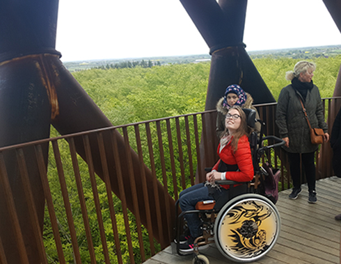 PUK højt oppe i Skovtårnet med kørestol og smil på læben